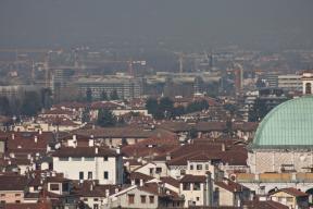 Il tetto della Basilica Palladiana e la Base militare Dal Molin